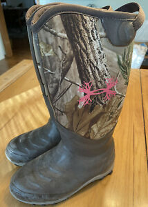 Under Armour UA Tall Rubber Boot Realtree Womens Size 9 Camo With Pink Logo
