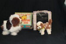 Un Japonais Vintage Clockwork Jumping chien et un coffret petit jouet chien par Atlas.