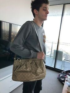 authentic Gucci signature leather Messenger bag with strap