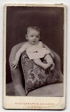 CDV - PHOTO - Enfant Bébé - Fauteuil Coussin - CAVAROC à Lyon - Vers 1900.