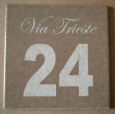 Numero civico + via incisi su piastrella di ceramica 10x10 cm