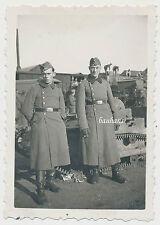 Foto Deutsche Soldaten vor Beute-Panzer/Tank 2.WK (5699)