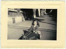 PHOTO ANCIENNE - FILLE VOITURE À PÉDALES JOUET - GIRL CAR TOY - Vintage Snapshot