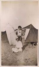 snapshot photo Saint Jean de Luz plage mode chapeau tente fille femme 1920