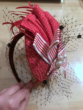 Cerchietto rosso e bianco piume veletta CAMOMILLA red white feather fascinator