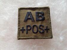 Un insigne militaire velcro de groupe sanguin AB +POS+.