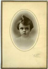 SALLIS Narbonne photo une petite fille pose coiffure incroyable coque rouleau