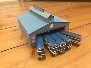 N Gauge card bus garage and 5 x Oxford N gauge buses