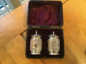 BEAUTIFUL VICTORIAN BOXED PAIR OF SOLID SILVER CONDIMENTS HALLMARKED FOR  CHESTE