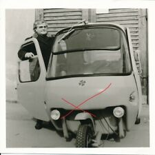 Nr 26015  Foto Frau mit Moped Auto Knatterkugel 1975 9 x 9 cm
