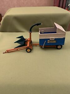 BRITAINS FARM TIPPING SILEAGE TRAILER AND FEEDER, 1:32 Vintage Model