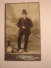 Berchtesgaden - stehender junger Mann im Anzug mit Hut - Tracht ? Kulisse / CDV