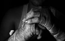 Lámina-Cage Fighter reprimenda manos después de entrenamiento duro (imagen Cartel Mma)