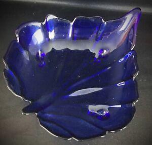 """Superbe plateau creux en pâte de verre pressée bleu cobalt """"Feuille forme cœur"""""""