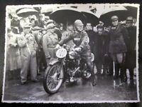Vecchia foto in b/n raffigurante moto Gilera d'epoca.