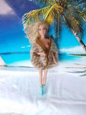 Barbie Puppe, mit Felljacke und lila Minikleid, lange blonde Haare