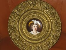 Assiette métal repoussé et porcelaine portrait de femme