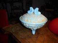 Ancienne boite Bonbonnière Porcelaine de Foire Signée Aux Dauphin Poisson
