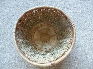 SMALL WOVEN WICKER BASKET. 16CM DIAMETER 7CM TALL