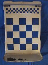 Ancien porte louches en tôle à damier bleu et blanc. Vintage