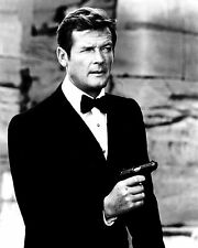 """ROGER MOORE AS JAMES BOND """"THE SPY WHO LOVED ME"""" - 8X10 PUBLICITY PHOTO (ZY-885)"""