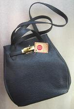 Un beau sac en cuir bleu marine. Pour amatrice de cuir véritable.