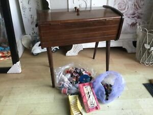 VINTAGE WOODEN SEWING BOX WITH TAPERED LEGS AND ASSORTED COTTONS