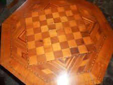 Antico tavolino da gioco con scacchiera