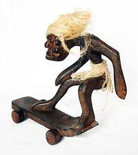 Statuette en bois de Guy poilus sur skateboard 18 cm de large 16 cm haut sculpté main
