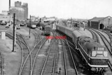 PHOTO  BR A1A-A1A TYPE 2 DIESEL D5563 1960 LEAVING CAMBRIDGE RAILWAY STATION 11.