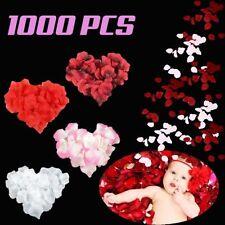 Fleurs, pétales et guirlandes blanches roses pour le mariage