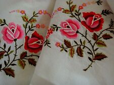 VINTAGE HAND EMBROIDERED TABLECLOTH & 6 NAPKINS  BOUQUETS OF PLUMP PINK ROSES