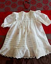 Robe ancienne fillette/poupée, entièrement en broderie anglaise (2)