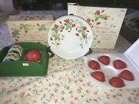 "2 VTG AVON STRAWBERRY Flower 7 1/2"" Plate & Napkin Rings W/ Guest Soap NIB NEW"
