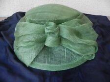 sombrero de boda verde a la lazo trenzado rígido forma pompón pamela chantilly