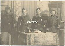 Foto-Soldaten mit Stahlhelm und Karabiner/Gewehr in deutscher Stube  2.WK (W345)