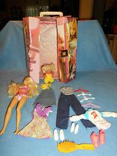Süße Barbie mit Barbiekoffer mit Barbie, Kind und süßem Zubehör (2)