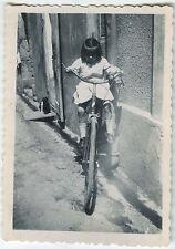 PHOTO ANCIENNE - ENFANT FILLE VÉLO - CHILD GIRL BIKE FUNNY - Vintage Snapshot