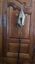 Lanterne de procession style néogothique laiton repoussé et hampe en bois XIXème