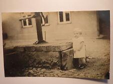 Warnitz im Juli 1926 - kleines Kind am Brunnen / Foto