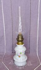 ANCIENNE LAMPE A PETROLE EN PORCELAINE AVEC GLOBE DE STYLE LOUIS-PHILIPPE