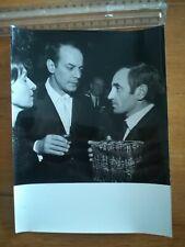 PHOTO ANCIENNE Charles Aznavour jeune avec cadeau discutant avec un couple