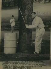 1968 Press Photo Gay Brewer watches chip shot at Fort Worth golf course