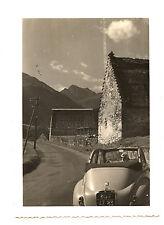 femme assis voiture ancienne Peugeot paysage -  photo ancienne 1950 60