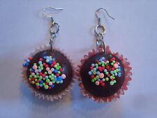 Ohrring Schokoladen Cupcake mit bunten Streuseln aus Gummi und Papierhülle 2226