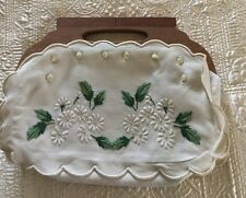 VINTAGE LINEN PURSE WITH EMBROIDERED WHITE DAISIES GREEN LEAVES WOODEN HANDLE