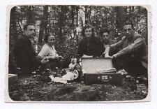 PHOTO Snapshot Repas Déjeuner Famille Groupe Table Pique nique 1930 Forêt Manger