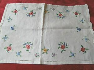 """VINTAGE CREAM IRISH LINEN HAND WORKED FLORAL EMBROIDERY TRAY CLOTH 18"""" x 13"""""""