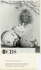 SALLY STRUTHERS SMILING HOLDS EASTER BUNNY GLORIA TV SHOW ORIG 1983 CBS TV PHOTO