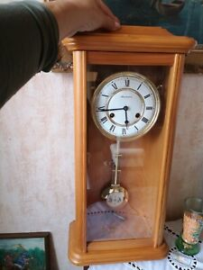Große Schmeckenbecher Wanduhr aus Holz mit Pendel+Schlüssel